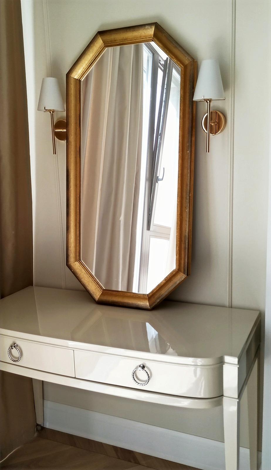 Многоугольное зеркало в деревянной раме
