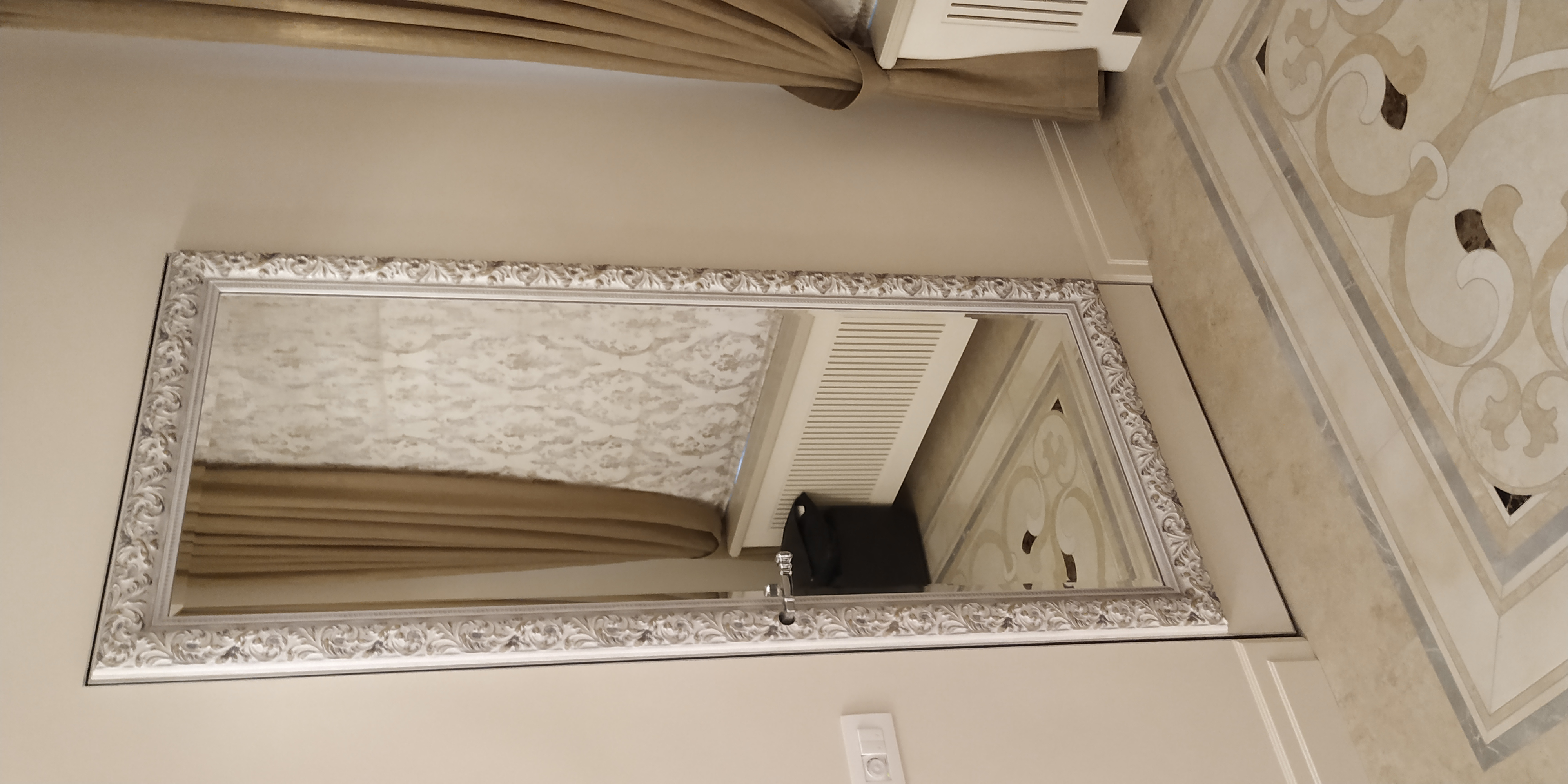 Зеркало в деревянном багете на двери Sofia