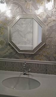 Зеркало в восьмиугольной раме.