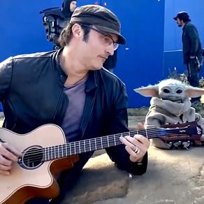 The Mandalorian | Robert Rodriguez toca violão ao lado de Baby Yoda no set de filmagens