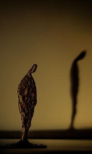 een bronzen beeld en zijn schaduw