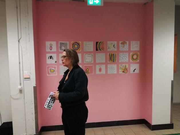Bezoeker bij expositie Tussenruimte