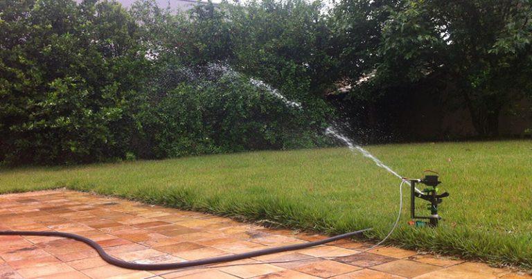 Teste do protótipo do chafariz robótico que usa água da chuva para irrigação – Foto: Divulgação / ICMC