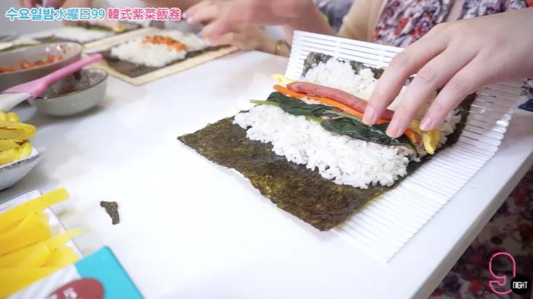 VIDEO ᴴᴰ 수요일밤水曜日99 韓式紫菜包飯教學&對決 김밥 만들기