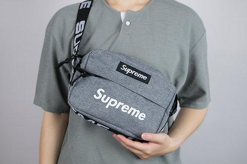 supreme 寬肩帶文字壓印斜跨包