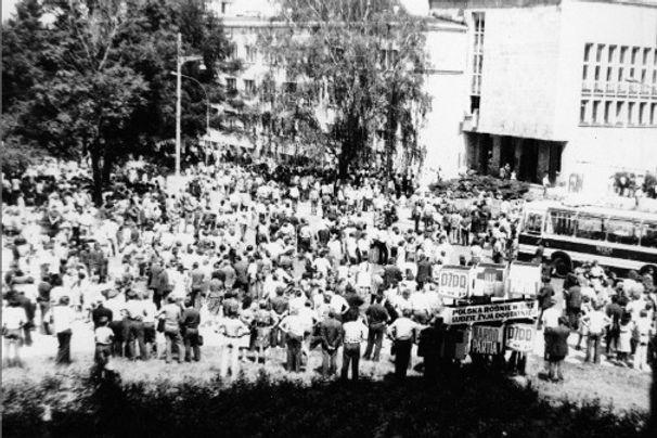 Demonstracja przed gmachem KW PZPR