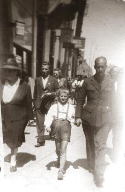 Rodzina Ostrowskich. Warszawa, al. Niepodległości, 1947 r. Fot. Zbiory M. Ostrowskiego