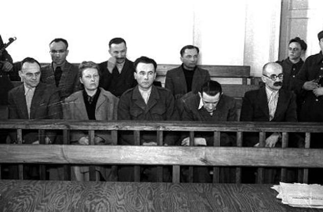 Proces grupy Witolda Pileckiego w 1948 r. W pierwszym rządzi od lewej: Witold Pilecki, Maria Szelągowska , Tadeusz Płużański, Ryszard Jamontt-Krzywicki i Makary Sieradzki. Za nimi: Maksymilian Kaucki, Witold Różycki i Jerzy Nowakowski. Pierwszych troje zostało skazanych na karę śmierci, stracono Pileckiego, a Szelągowskiej i Płużańskiemu zamieniono wyrok na dożywocie. Sieradzki, Różycki dostali 12lat, Jamontt-Krzywicki - 8 lat, a Nowakowski 5 lat. Fot. Wikipedia