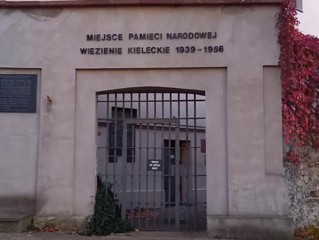 Kielce - mur pamięci dawnej ubeckiej katowni