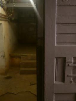 Widok celi z korytarza,