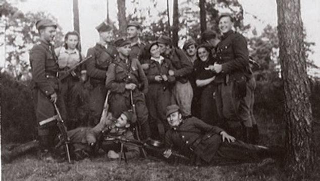 """Białostocczyzna, lato 1945, Stoją od lewej: wachm. Leon Smoleński ps.""""Zeus"""", Danuta Siedzikówna ps. """"Inka"""", ps. """"Wieczorek"""",ps.""""Stylowy"""",ps.""""Znicz"""", Wanda Minkiewicz ps.""""Danka"""", ppor. Zygmunt Badocha ps.""""Żelazny"""", por. Marian Pluciński ps. """"Mścisław"""", sanitariuszka od """"Młota"""", wachm. Jerzy Lejkowski ps. """"Szpagat"""", por. Henryk Wieliczko ps. """"Lufa"""",ps. """"Zbigniew"""", nn. Fot. AIPN"""
