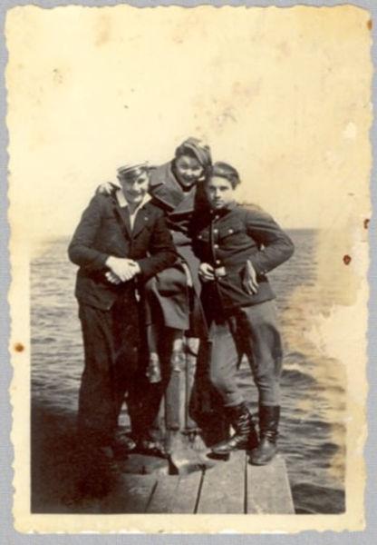 """Sopot, 1945r., od lewej Julek Dulkops ps. """"Dezerter"""", Janina Wasiłojć, Boleslaw Mikulewicz ps. """"Turwid"""". Fot. AIPN"""