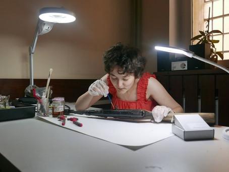 Konserwator zabytków dr Karolina Lizurej podczas pracy przy zbiorach w naszym Muzeum