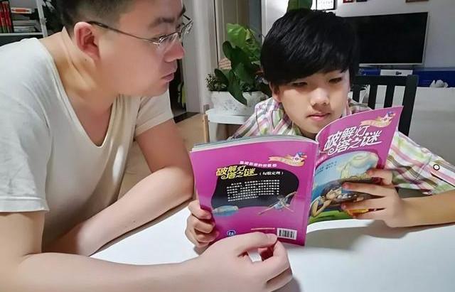 小二輟學在家自學 10歲神童會說3種外語的成才路