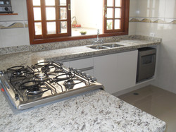 Pia de cozinha em Granito Amarelo Santa Cecilia