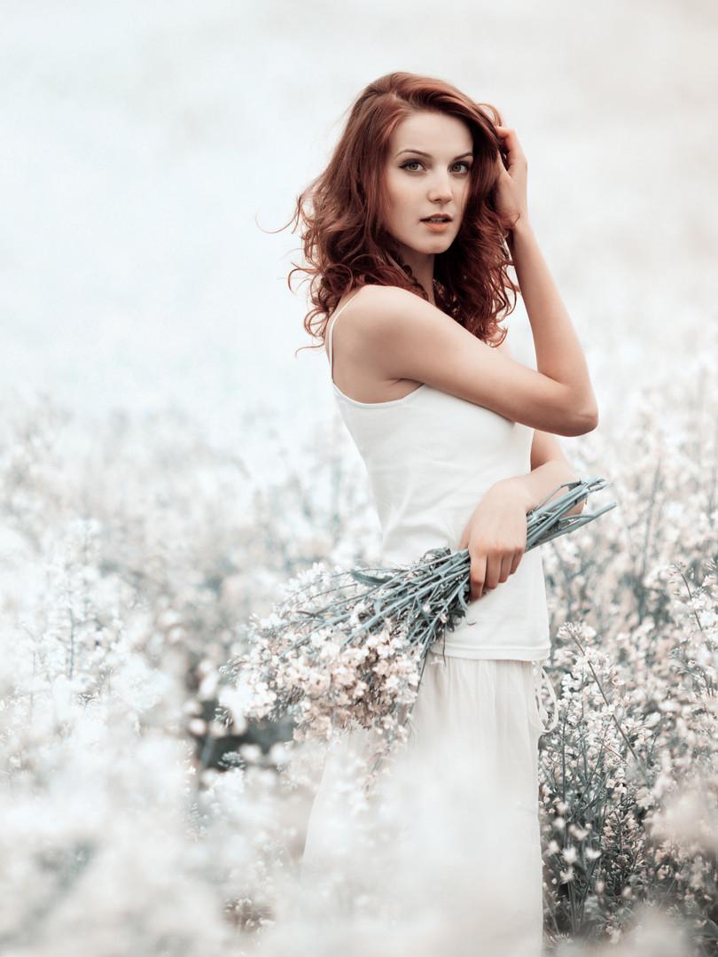 young-beautiful-girl-in-the-field-PDWMEL