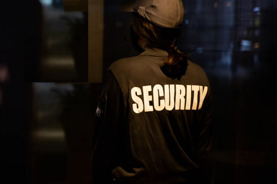 how much does a UK security guard make