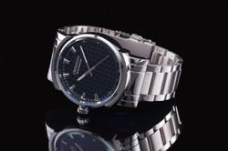 Relógio preto com prata
