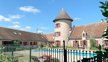 chinon gite main house and swimming pool area