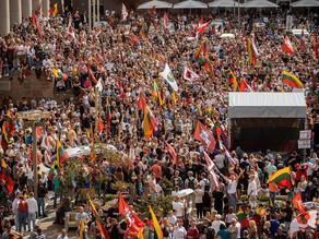 リトアニアでワクチンパスポートに抗議する人々の様子