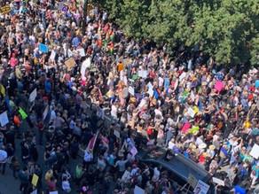 バンクーバーでワクチンの強制接種に反対する大規模な集会が行われる