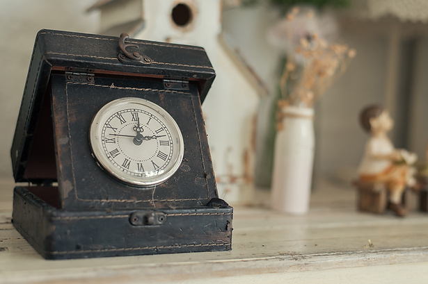 clock-wooden-background.png
