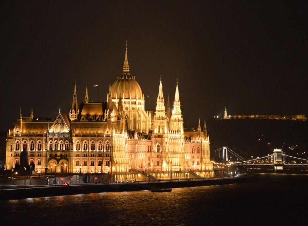 Parlament with Chain bridge