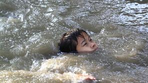 Hati-hati.. Anak kecil sangat mudah tenggelam. Ini alasannya..