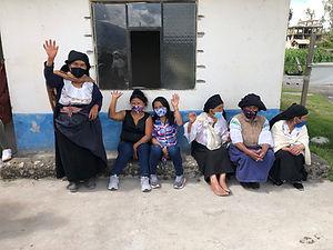 Menschen von Otovalo winken uns beim Abschied zu. Wie kannst du finanziell helfen...