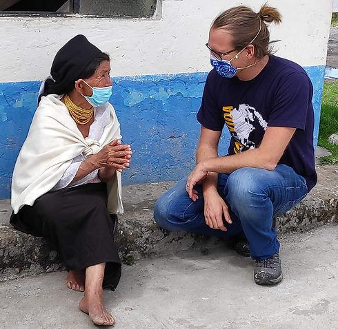 Daniel Metzler spricht mit einer älteren Frau aus Otovalo.