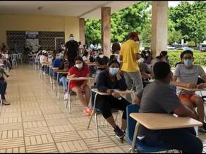 Centros de vacunación continúan abarrotados en busca de inmunización para adolescentes