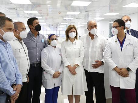 Vicepresidenta y Ministro de Salud Pública realizan descenso en clínicas privadas de Santiago