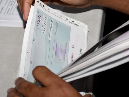El Gobierno pagará con cheques a sus instituciones