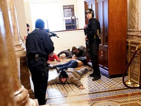 Muerte de policía aviva dudas sobre el asalto al Capitolio