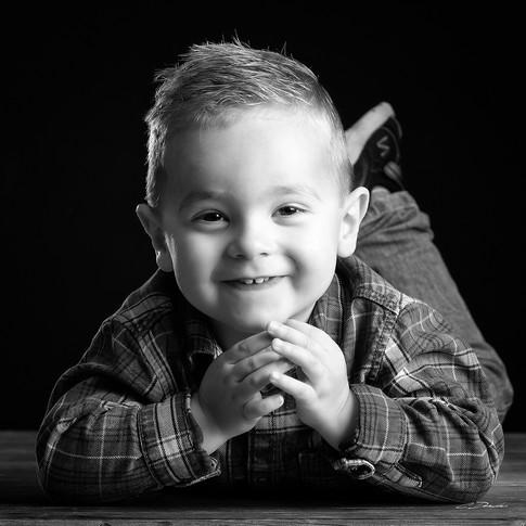 Portrait d'enfant en noir et blanc réalisé en studio par Cyril Devauchaux, photographe à Clarensac, dans le Gard