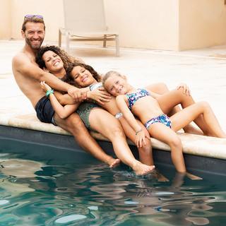 Portrait de famille au bors d'une piscine