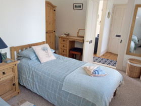 Twin bedroom with easy access to wet room