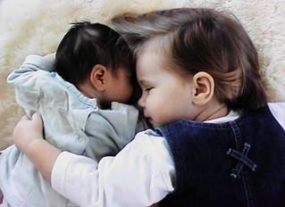 Broertje of zusje op komst: hoe bereid ik mijn kind voor en wat te doen bij jaloezie?