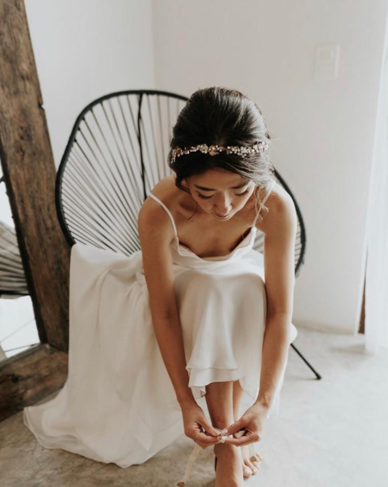 bride getting ready hair an makeup