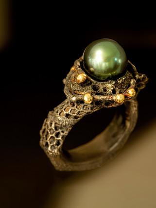 Anello in argento, ferro, oro, diamanti e perla