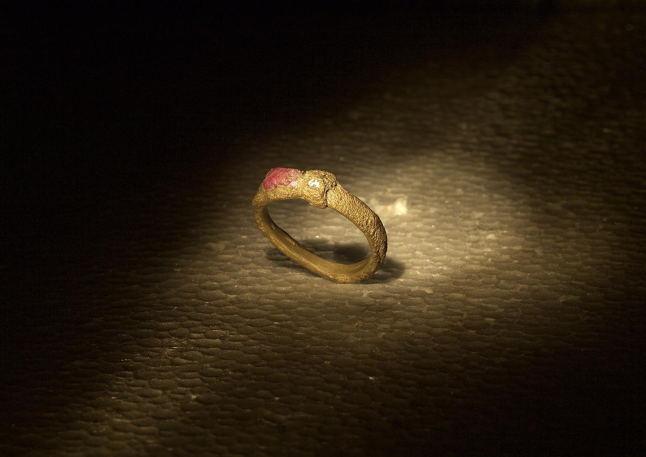 Fedina in oro, diamante e rubino grezzo
