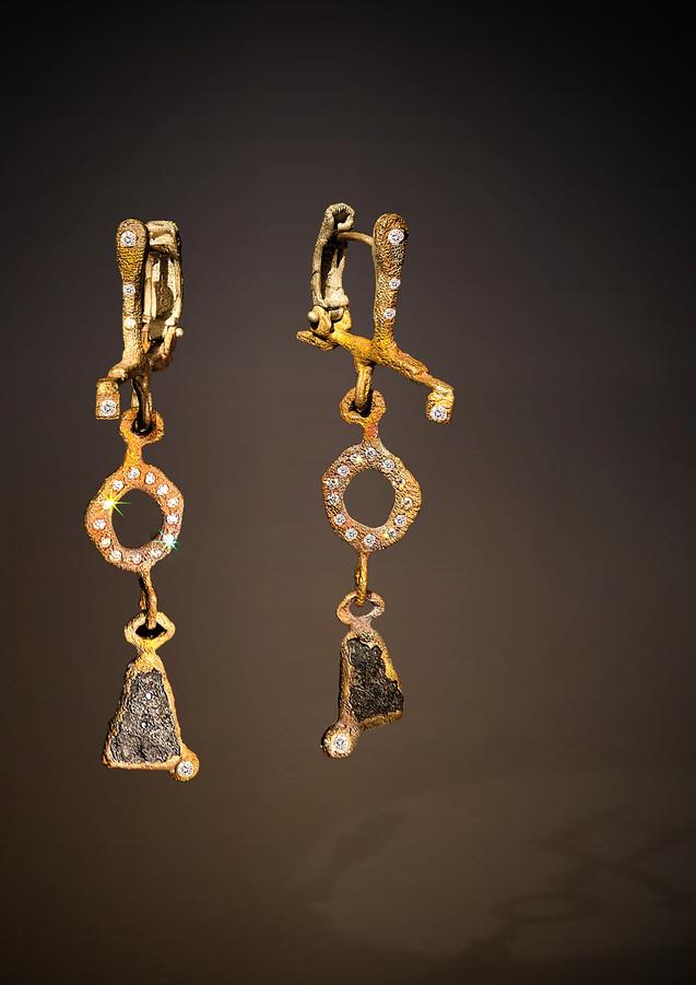 Orecchini in bronzo, oro, diamanti e scorie