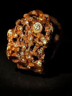 Anello in bronzo, diamanti e oro