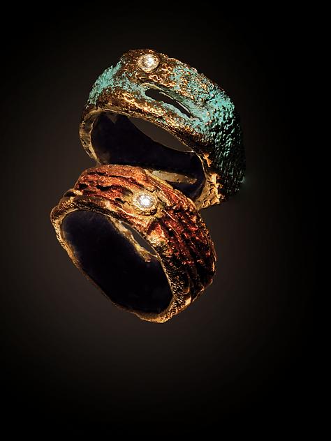 Anelli in bronzo, oro e diamanti