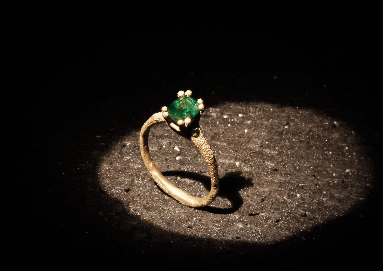 Anello oro in muto e smeraldo