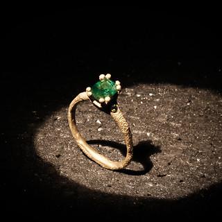 Anello in oro muto e smeraldo
