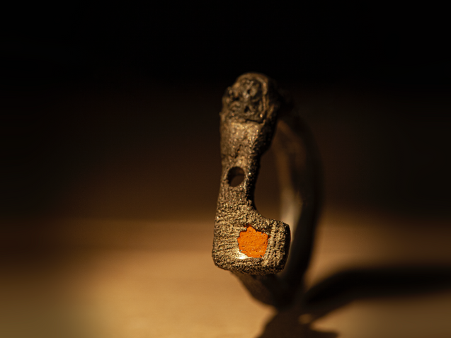 Anello in argento, scoria e mattone