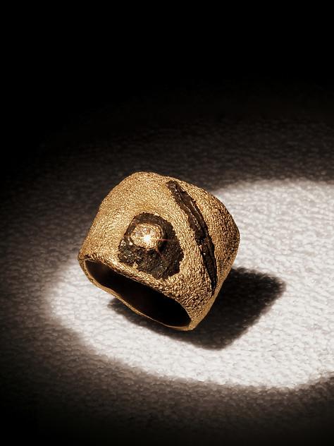 Anello in oro, con scorie di ferro e diamanti
