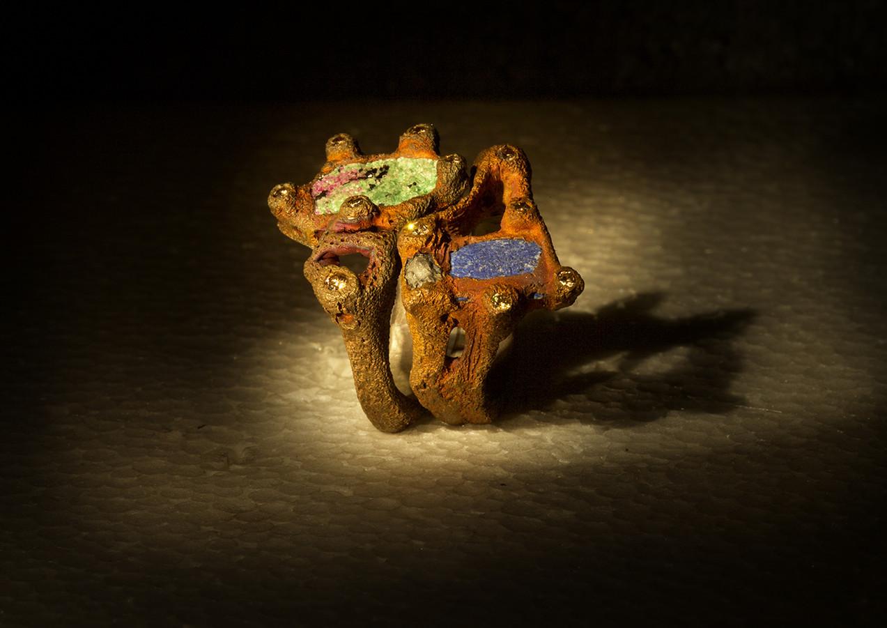 Anelli in bronzo, pietre dure e diamanti