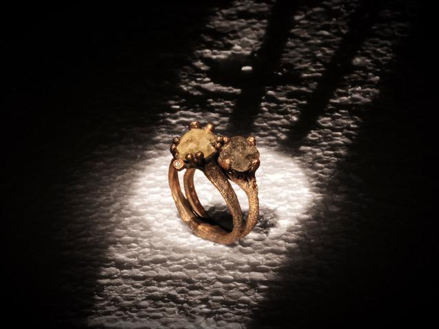 Anelli in oro muto e diamanti grezzi